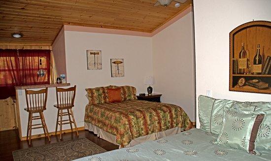 La Pine, OR: Treetop 2 Queen bedroom with bar & kitchenette