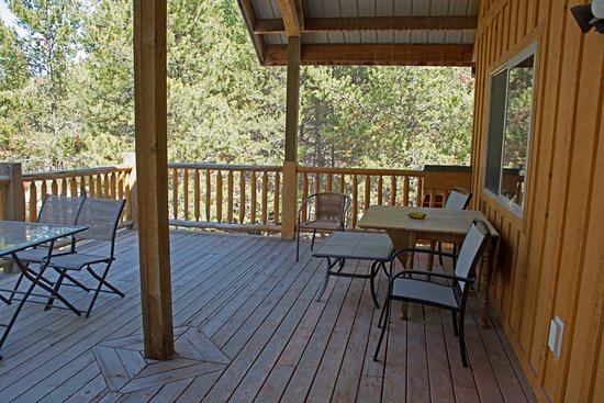 La Pine, OR: Treetop Suite North facing deck with furniture and treetop view