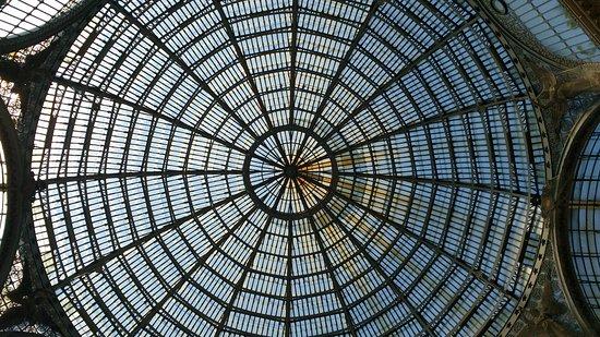 Galleria Umberto I : Cúpula central de vidro da galeria.