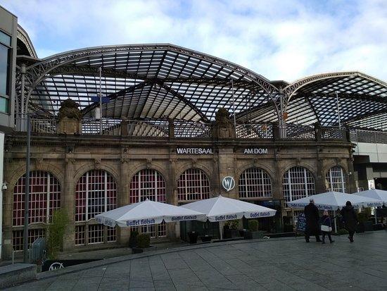 Κολωνία, Γερμανία: Outside Train Station