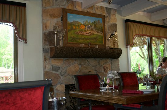 JOLO Winery & Vineyards: Inside the restaurant.