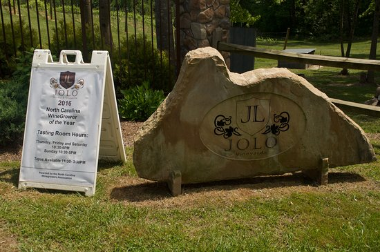 JOLO Winery & Vineyards: Sign at the entrance.