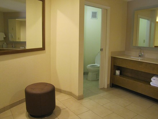 Solana Beach, CA: More of the bathroom area on ground floor of corner room.