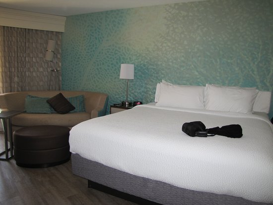 Solana Beach, CA: King size bed, ground floor, corner room.