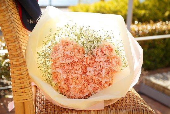 Anniversaire Cafe Minatomirai Yokohama: お相手に内緒で、サプライズで花束を用意することもできます。(事前にお電話にて、ご相談・ご予約ください)