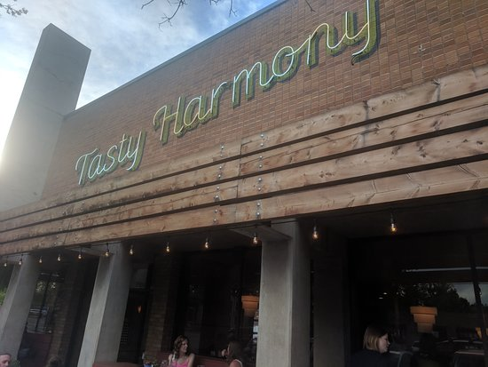 Tasty Harmony: Great corner location. Good place to eat and watch people.