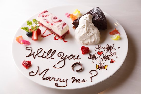 Anniversaire Cafe Minatomirai Yokohama: 誕生日やプロポーズなど特別な記念日には、スイーツの盛りあわせにメッセージを添えて。(事前にお電話でご相談・ご予約ください)