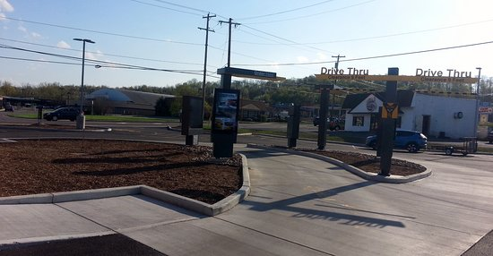 Newark, Nova York: dual lane drive-thru at McDonald's