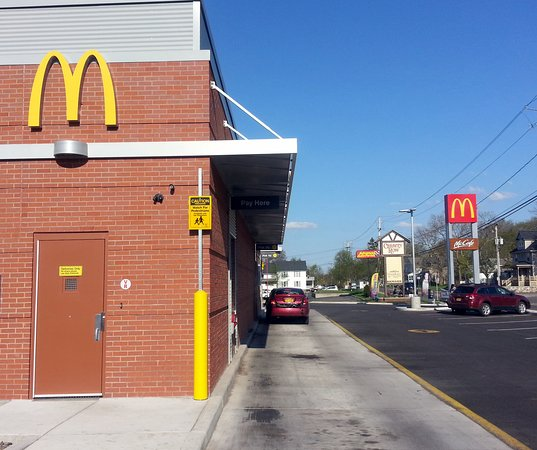 Newark, Нью-Йорк: drive-thru for McDonald's