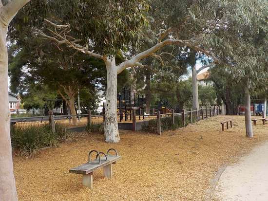 Orrong Romanis Park: Wide open spaces suitable for dog walking
