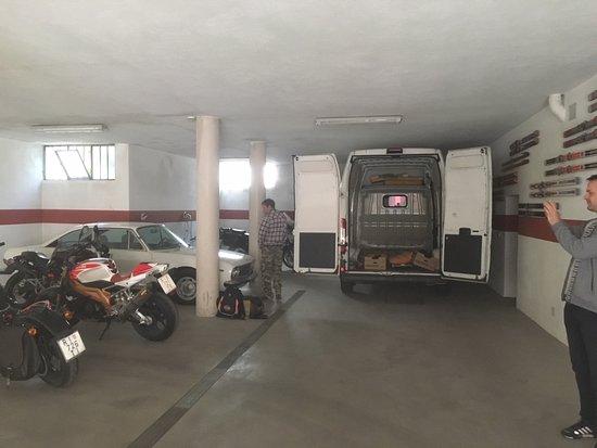 Villanova Mondovi, إيطاليا: Big spacious garage
