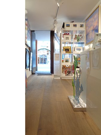 Kitzbuhel, Austria: Eine kleine, feine Galerie präsentiert ausgewählte Werke.