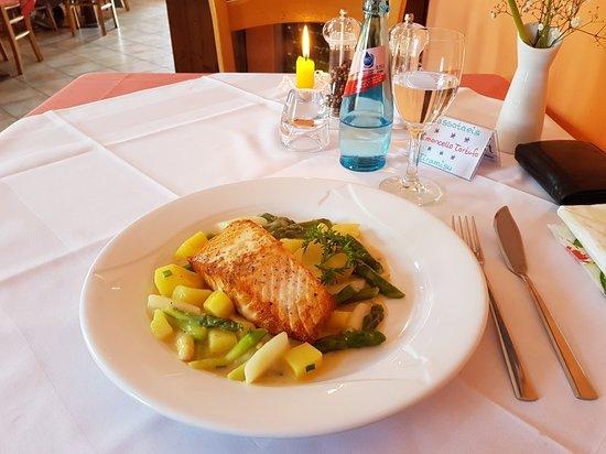 Limburgerhof, Alemania: Salmone mit Spargel