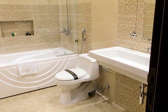 Royaute Luxury Suites & Hotel: Bathroom