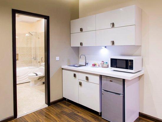 Royaute Luxury Suites & Hotel: Premium Suite Italian Kitchenettes