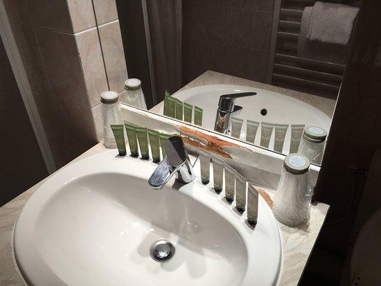 Pavillon Courcelles Parc Monceau: Meuble salle de bain endommagé