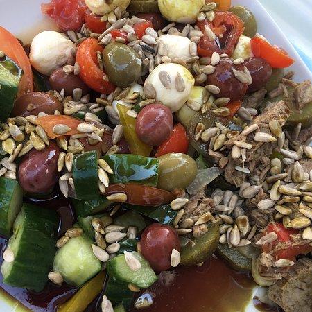 Geinberg, Austria: Salatbuffet sehr vielfältig mit vielen Topics und unterschiedlichen Dressen aber teuer.