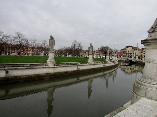 Province of Padua, Italy: Piazza Prato della Valle, a maior praça da Itália e uma das maiores da Europa. Linda!
