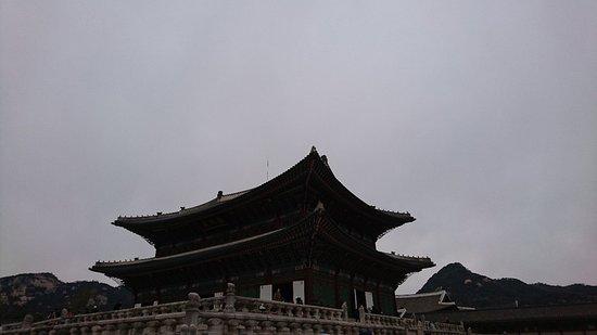 Παλάτι Gyeongbokgung: 色彩豊かで、庭園も広く、交代式も定時で見ることができ、韓国時代劇ドラマをリアルタイムで見ている様で、とても良かったです。 ソウル観光のオススメスポットです。