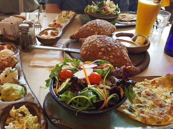 Cafe Gan Sipur: שולחן מלא