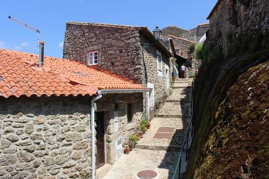Monsanto, البرتغال: Rua típica, subida para o castelo.
