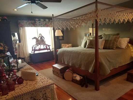 The Whimsical Pig Bed and Breakfast at Wolf Creek: Our beautiful bedroom