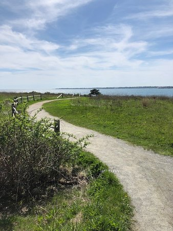Sachuest Point National Wildlife Refuge: Starting down the Ocean View Trail