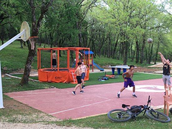 Domaine du Mas de Saboth: Air de jeux, trampoline, basket, ping pong