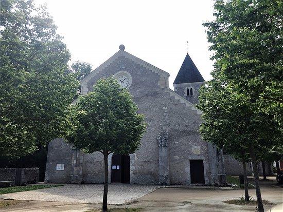 Fougeres-sur-Bievre, Γαλλία: La façade de l'église