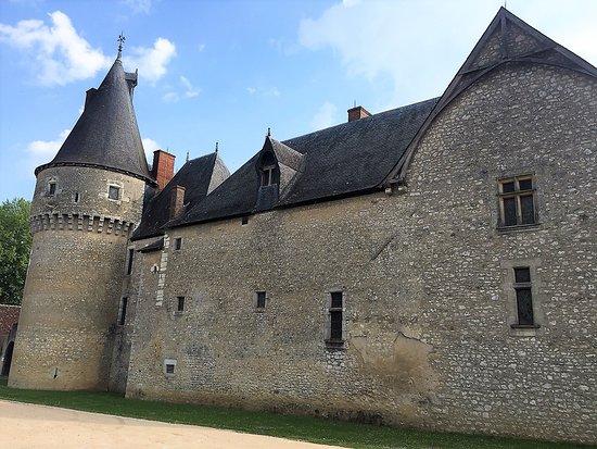 Fougeres-sur-Bievre, Γαλλία: Le château vu depuis la rue de l'église