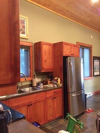 Cedar House Restaurant & Chalets: Garden Chalet kitchen