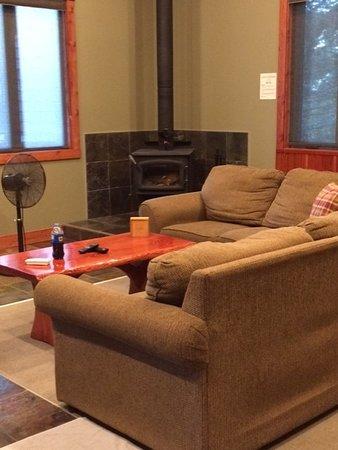Cedar House Restaurant & Chalets: Garden Chalet living area