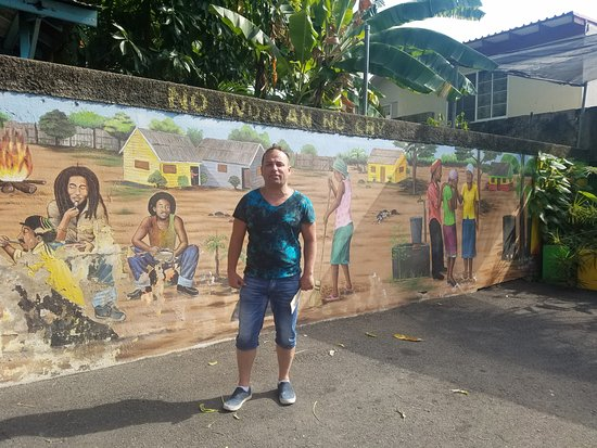 Bob Marley Museum: Murals in the parking lot