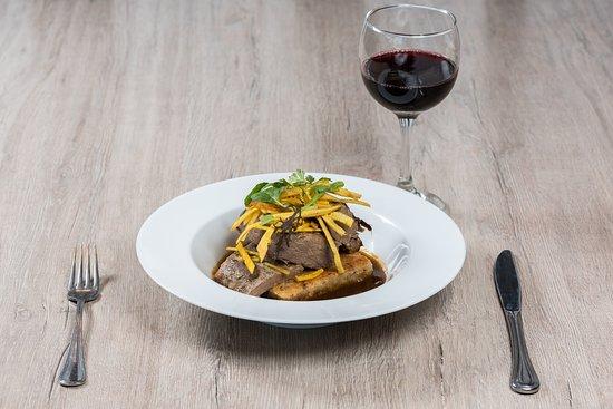 Mesa Caribe Restaurante: POSTA NEGRA CARTAGENERA Morrillo en cocción lenta (8 horas) servido con enyucado y salsa de post