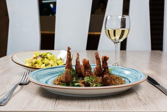 Mesa Caribe Restaurante: Langostinos apanados en coco con salsa de tamarindo sobre arroz de coco y ensalada de piña y hie