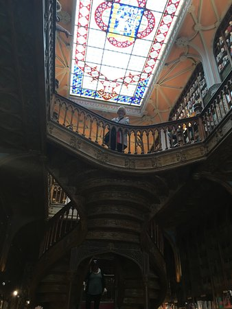 Livraria Lello: Staircase and ceiling