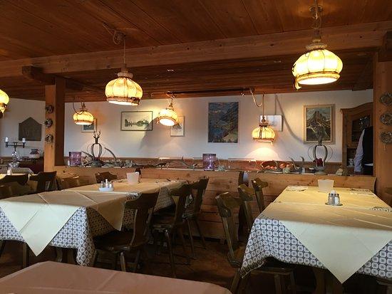 Iseltwald, سويسرا: La salle du petit déjeuner avec au fond le buffet !
