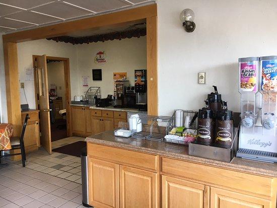 Super 8 by Wyndham Laramie: Breakfast area: cereal and yogurt