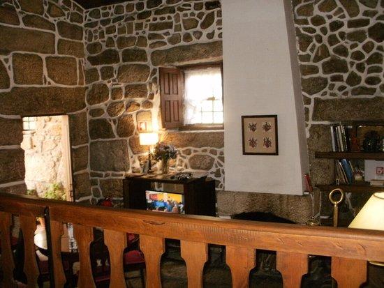 Quinta do Pinheiro: Sala da hospedagem, com lareira e TV