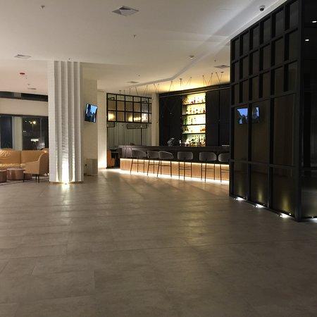 EB Hotel by Eurobuilding Quito: Fotos correspondientes al hall, piscina, restaurante. El diseño y la amplitud en todos los espac