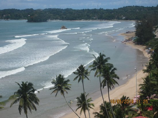 Weligama Bay Marriott Resort & Spa: Surf breaking on the beach