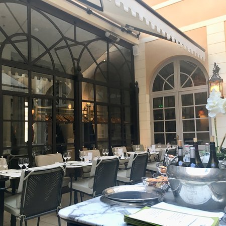 restaurant brasserie la cour dans chartres avec cuisine fran aise. Black Bedroom Furniture Sets. Home Design Ideas
