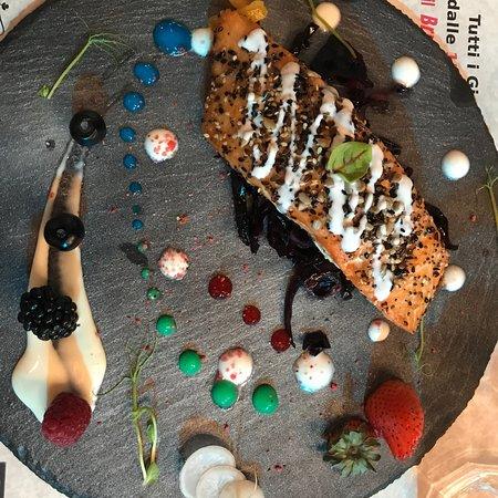 San Sisto, İtalya: Scaloppa di salmone e mousse di nocciola al pistacchio