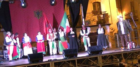 """Gruppo folk """"Bilte e Firmozes"""" di Acquaformosa durante la manifestazione """"Primavera italo-albane"""