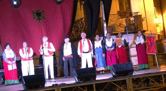 """Gruppo folk""""Te Pjekurit Ka Ungra"""" di Lungro durante la manifestazione """"Primavera italo-albanese"""""""