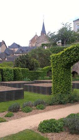 Chateau-Gontier, France: Jardins moyenâgeux et ville haute