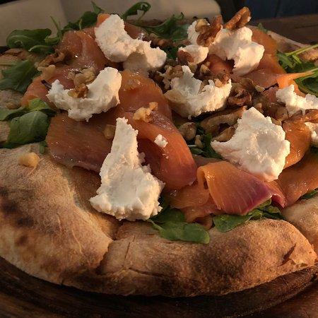 Scottadito: Pizza speciale 220 gr, salmone affumicato, caprino, rucola e noci