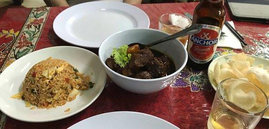 Kocik Kitchen: 左から、Spicy Fried Rice、Peranakan Chiken Ponteh、Tibits