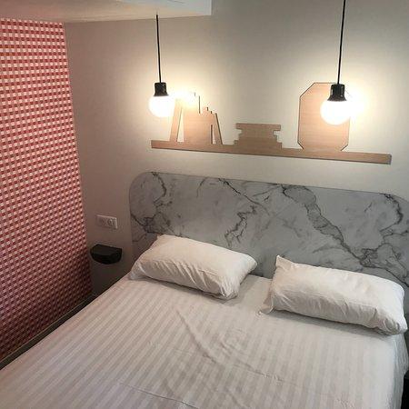 Ibis Styles Vichy Centre : Chambre et salle de douche
