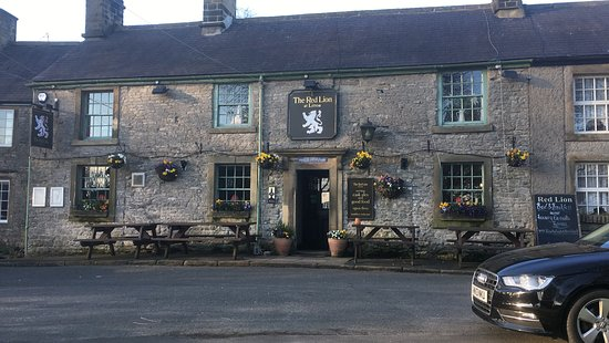 Litton, UK: The Red Lion basked in the last rays of May sunshine